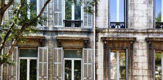 """Skąd się biorą duże okna w Holandii? Każdy, kto kiedyś podróżował przez Królestwo Niderlandów z pewnością zwrócił uwagę na wygląd tamtejszych kamienic. Oprócz wąskich korytarzy i klatek schodowych, charakterystycznym elementem architektury są wszechobecne duże okna. Rzadko kiedy są one zasłonięte – ze względu na niesprzyjające warunki atmosferyczne i często padający deszcz okna pełnią bardzo ważną rolę w doświetlaniu wnętrza. Duże okna w krajach Beneluksu mają jeszcze jedną istotną funkcję – są pomocne przy transporcie mebli do mieszkania. Ze względu na ograniczony metraż i małą dostępność gruntów, niderlandzkie kamienice nie nadają się do organizacji przeprowadzek w tradycyjny sposób. Wąskie korytarze uniemożliwiają transport dużych gabarytów, dlatego w większości kamienic pod dachem zamontowany jest hak, dzięki któremu możliwe jest """"wniesienie"""" mebli przez okno. Elegancka francuska stolarka okienna Z kolei w północnej Francji można zaobserwować nieco odmienny trend. Paryskie okna są dość wąskie, ze względu na wąską i głęboką zabudowę miasta. Jednocześnie są bardzo wysokie – nierzadko rozciągają się na wysokość całej kondygnacji, dzięki czemu zapewniają optymalny dostęp słońca do pomieszczenia. Taka konstrukcja sprawia wrażenie bardzo eleganckiej i jest chętnie wykorzystywana przez miłośników francuskiego stylu również w Polsce. Charakterystycznym elementem okien francuskim są ościeżnice – obejmują one ścianę, tworząc opaskę zarówno od wewnątrz, jak i od zewnątrz budynku, a okna montowane są w warstwie ocieplenia. Takie okna, przeznaczone do starych kamienic, nazywa się oknami renowacyjnymi. Są one wykorzystywane w budynkach zabytkowych, ponieważ nie ma konieczności demontażu starych ościeżnic drewnianych i niweluje się ryzyko uszkodzenia elewacji. Profile renowacyjne można zakupić także u polskiego producenta – Ekoplast, który dystrybuuje je dalej na rynek francuski, a także włoski czy hiszpański. Nietypowe angielskie okna W Wielkiej Brytanii wiele rzeczy jest zro"""